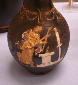 Hécate tenant deux torches et dansant devant un autel